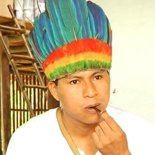 Le tabac en extrait liquide est utilisé dans les rituels du peuple murui en même temps que la coca. Ici, Ruben Medina Robledo, président de l'association indigène d'Iquitos, Curuinsi. Photo WLF